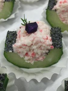 Komkommerschuitje gevuld met crabmousse